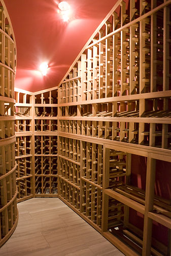 Wine cellar that flows along the contours of the walls