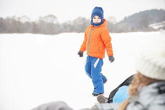 雪の中で遊んでいる少年