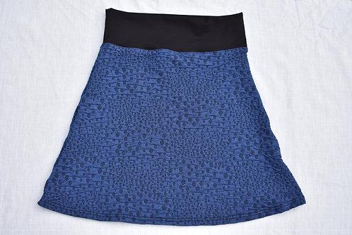 Blaues Jupe mit schwarzen unregelmässigen Pünkten Jupe in Clockmodell