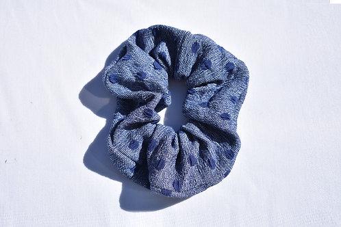 Blauer Scrunchie mit blauen Pünktchen