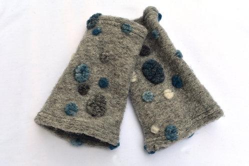 Hellgraue Pulswärmer Walk mit dunklen grau-blauen Punkten