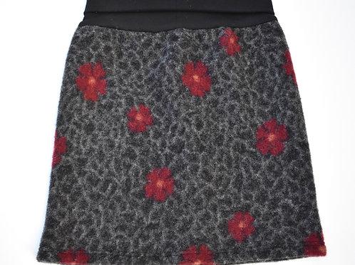 Walkjupe mit roten Blumen auf Schwarz