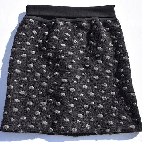 Walkjupe mit unregelmässigen grauen Punkten auf schwarz