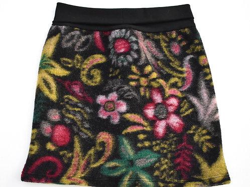 Walkjupe mit floralem Muster auf schwarz