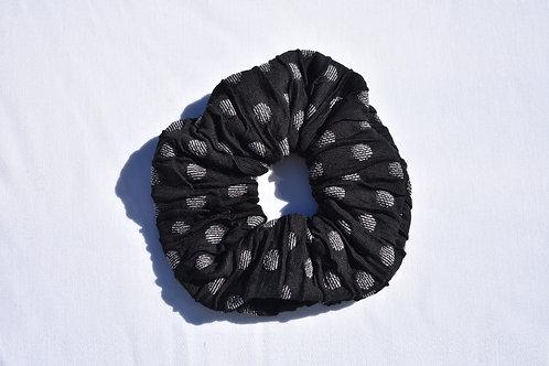 Schwarzer Scrunchie mit weissen Pünktchen
