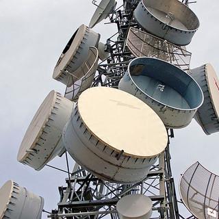 640px-Parabolic_antennas_on_a_telecommun
