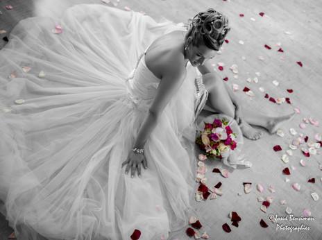 Pose Artistique,Robe de mariée,pétales de roses