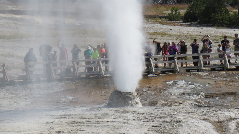 Yellowstone-tour-beehive-geyser3.jpg