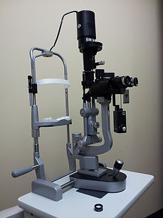 800px-Retina_Group_slit_lamp_(side_view)