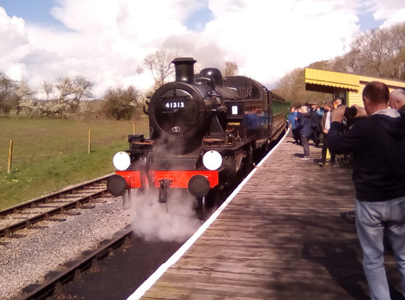 41313 at Wootton Station