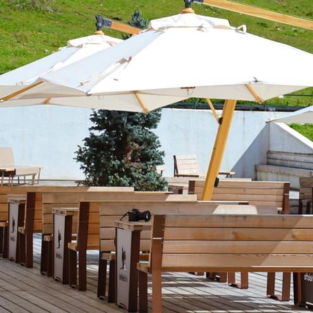 Hai bisogno di ombrelloni da esterno per bar, ma conviene acquistarli o noleggiarli?