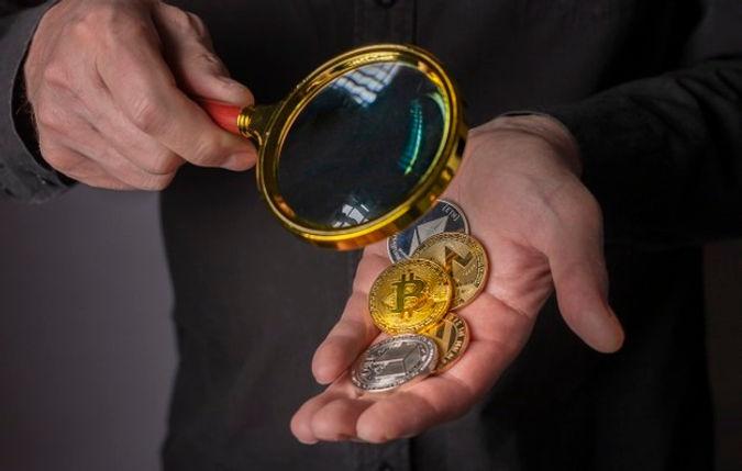 monedas-criptomoneda-mano-masculina-lupa-pila-primer-plano-bitcoin-otra-moneda-criptografi