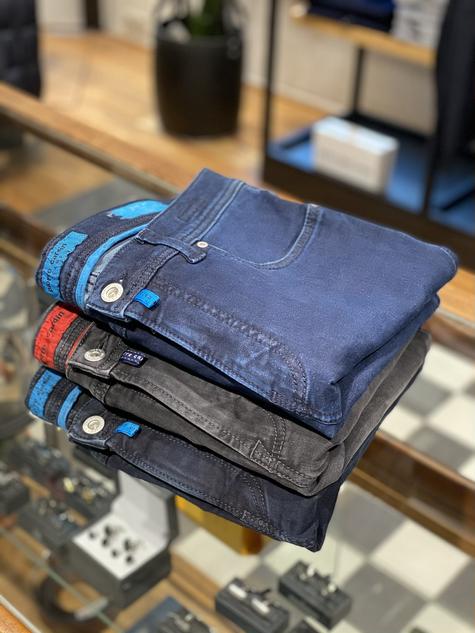 378. Pierre Cardin jeans €129,95 (grijs €119,95)