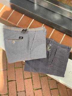 Mason's chino links €189,95 , rechts €179,95