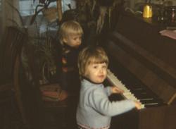 Kinder am Klavier