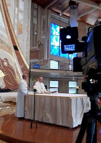 Dom Carlos lê nota pública ao final da missa