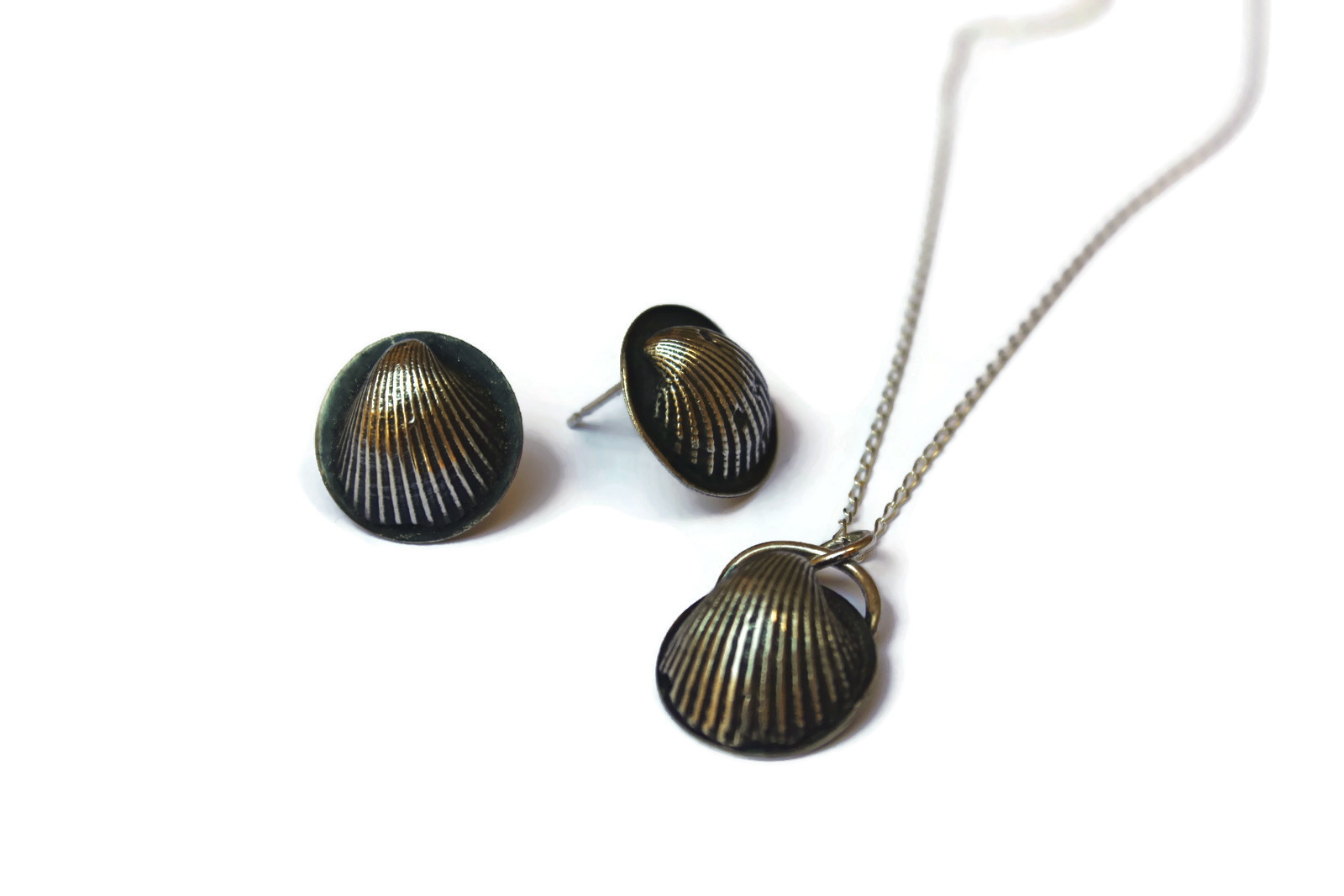 Cockle Shell Pendant and Stud Earrin