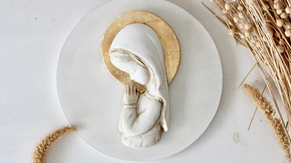 Virgen niña blanca con corona en pan de oro