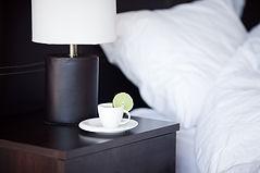 お茶とホテルのベッドサイドテーブル