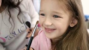 videoblocks-make-up-artist-doing-make-up