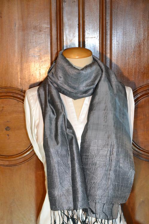 Ce foulard 100% artisanal alterne le tissage de Soie sauvage et de Soie fine,  ce qui en fait une pièce exceptionnelle. 785217f1c86