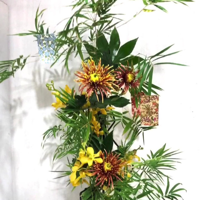 Stairs to the Milky Way, by Yuka Takahashi (Singapore). Iron frame, vase, bamboo, chrysanthemum, orchid, Japanese aralia.