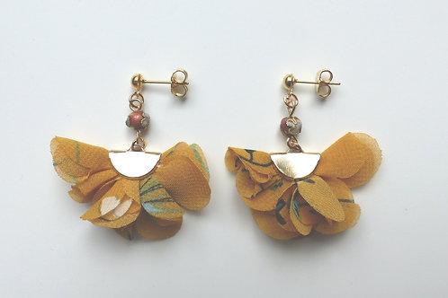 Boucles d'oreille fleur de mousseline jaune et perles