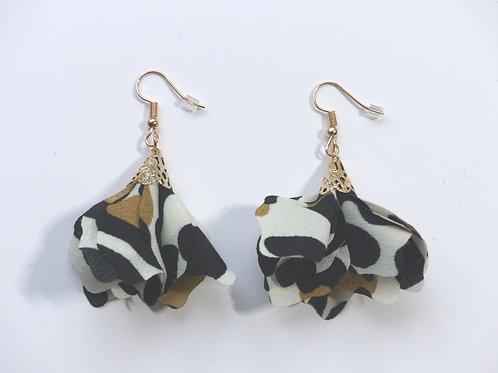 Boucles d'oreilles fleur de mousseline blanche noire ocre