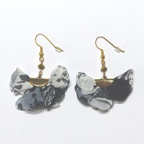 Boucle d'oreilles fleur de mousseline noires et perles
