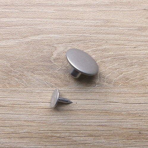 2 boutons à rivet argentés