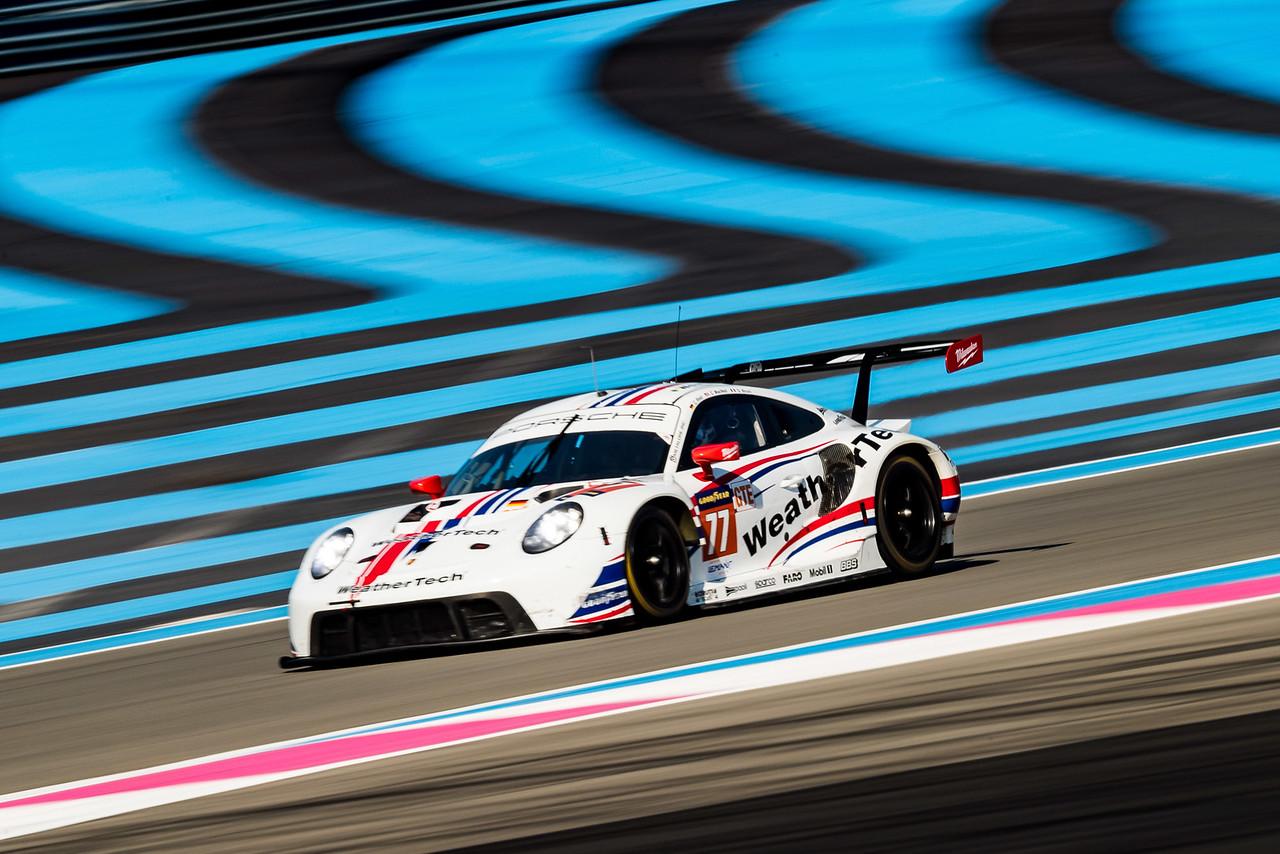 Porsche coming down a straight away.