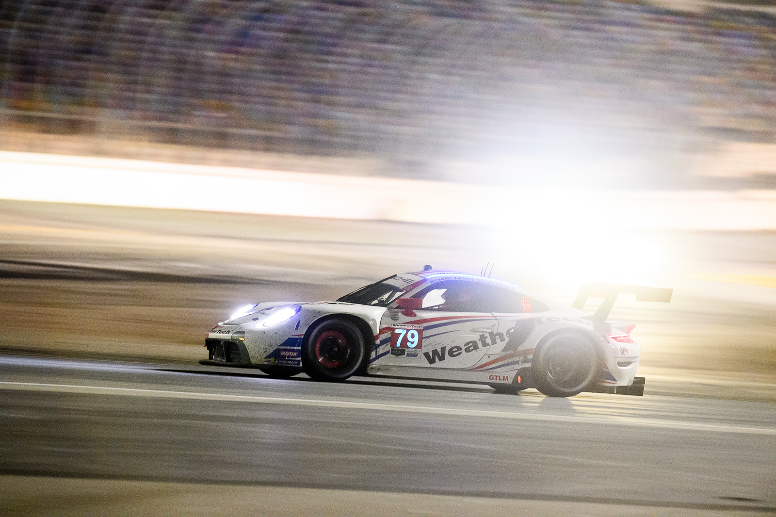Porsche at night on track_