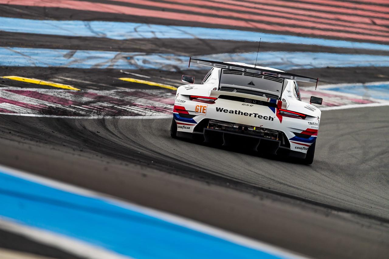 Porsche hugging a turn.