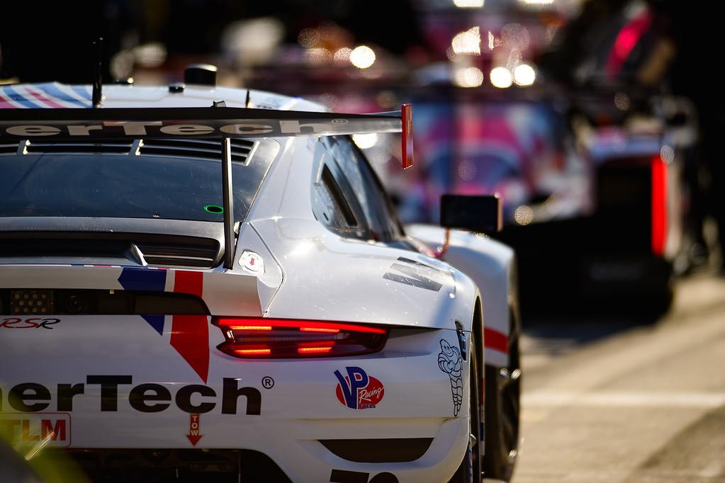 Porsche in line_