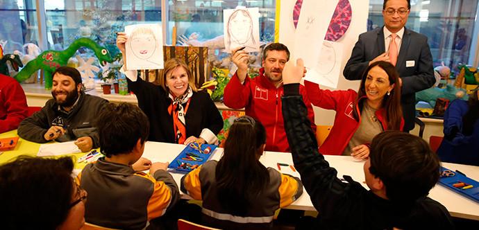 En la foto aparecen Alvaro Silberstein, Ministros Perez y Sichel y Cecilia Perez mostrando las actividades elaboradas por niños y niñas con o sin discapacidad que asistieron al lanzamiento.
