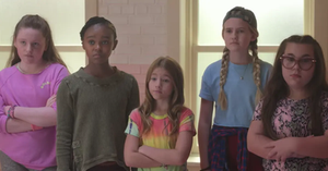 Hay 5 niñas, la mas chica es Zuzu una niña sorda que forma parte del equipo de baile