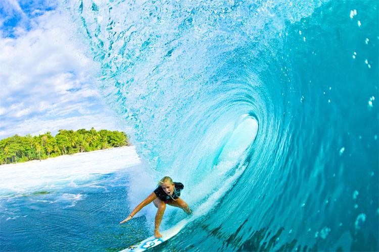 Fotografía de Brihanny Hamilton surfeando un oleaje, Bethany Hamilton es una surfista, especialmente conocida como superviviente a un ataque de tiburón, en el que perdió el brazo izquierdo a los 13 años y por superar con éxito esa grave lesión, hasta el punto de regresar a la práctica del surf y ganar diversas competiciones. Pueden ver su documemental en Netflix