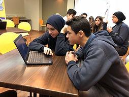 בחורה ערביה מלמדת ילד יהודי