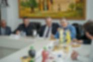 אנשים יושבים בכנס סביב שולחן