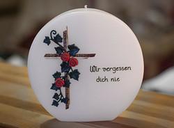 Trauerkerze mit Kreuz und Rosen