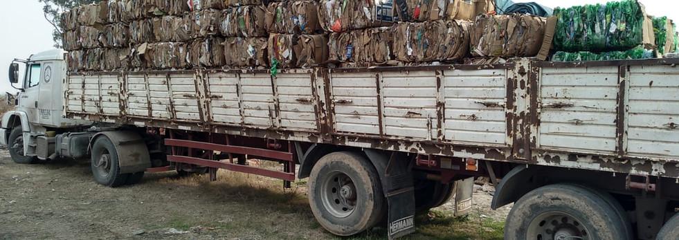 Venta de carton prensado por la Cooperativa de recicladores