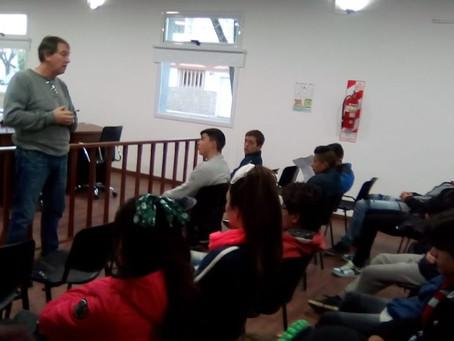 """Alumnos de la Esc. N°4 """"Francisco Ramírez""""visitaron el Salón de los Escudos"""