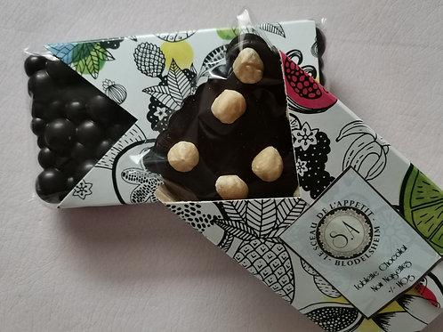 Tablette de chocolat noir et noisettes