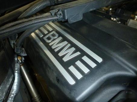 BMW 320i E90 エンジンオイル漏れ エンジンオイル交換 オイルエレメント交換 修理 車検 群馬 館林 オルタネータ