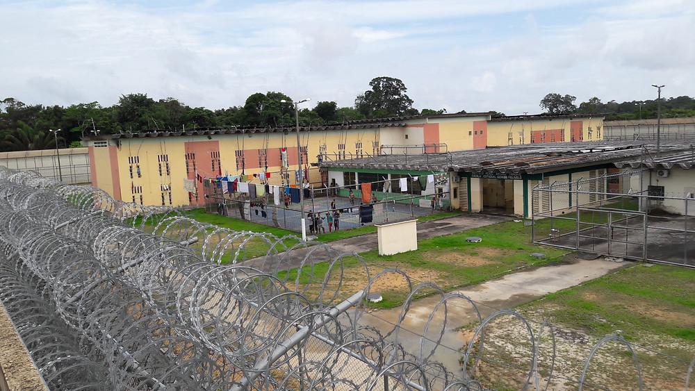 O pátio de sol de um dos complexos penitenciários visitados por Luiza Martins
