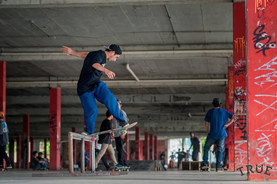 Jean Senne (na frente) e outros skatistas na parte coberta do CDM, antes de o local ser fechado (Jean Senne
