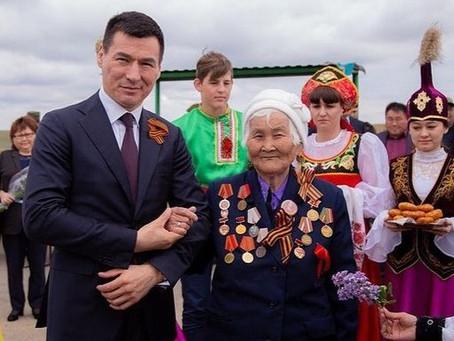 Элиста.Калмыкия.Глава Хасиков принёс старушке 10 000. На долги. От Путина.
