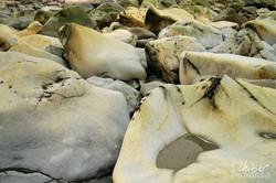 Von der Brandung gezeichnete Felsen