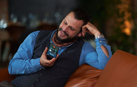 Styletto-Connect_Manuel_on-the-phone_124