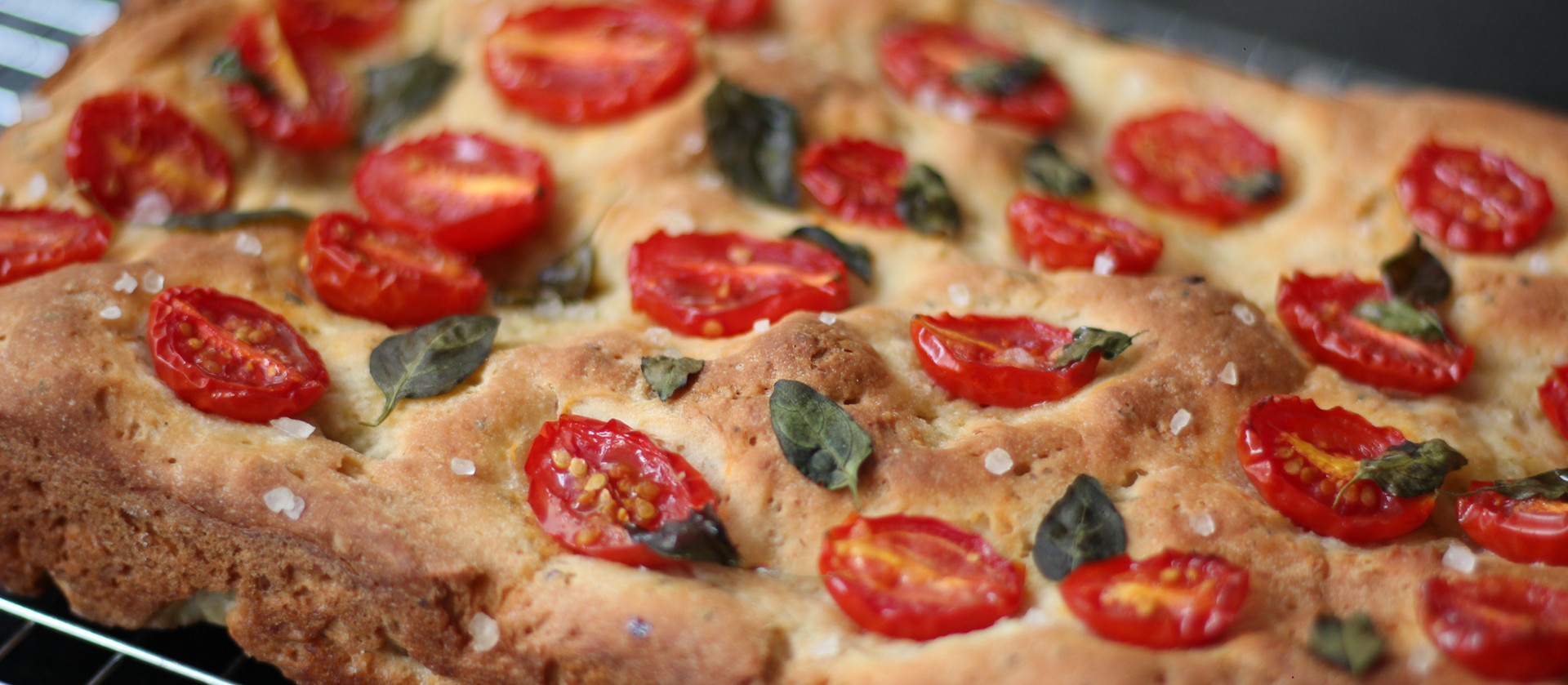 Focaccia com tomate e manjericão